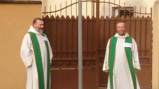 Prêtres devant la mosquée des Sablons